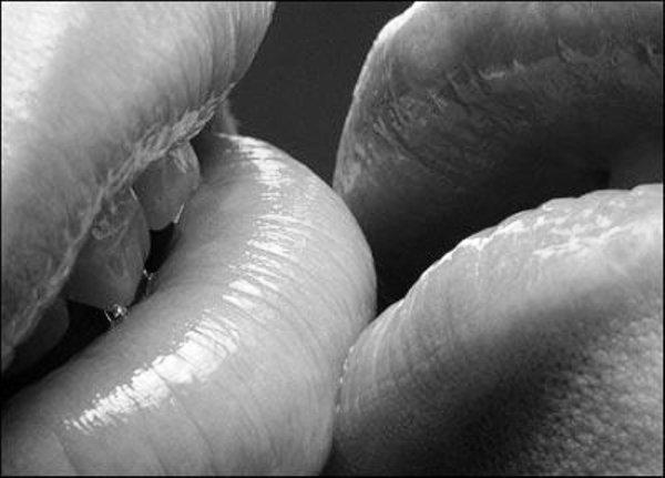 Image D Amoureux Qui S Embrasse les effets d'un baiser et d'une caresse - point fort